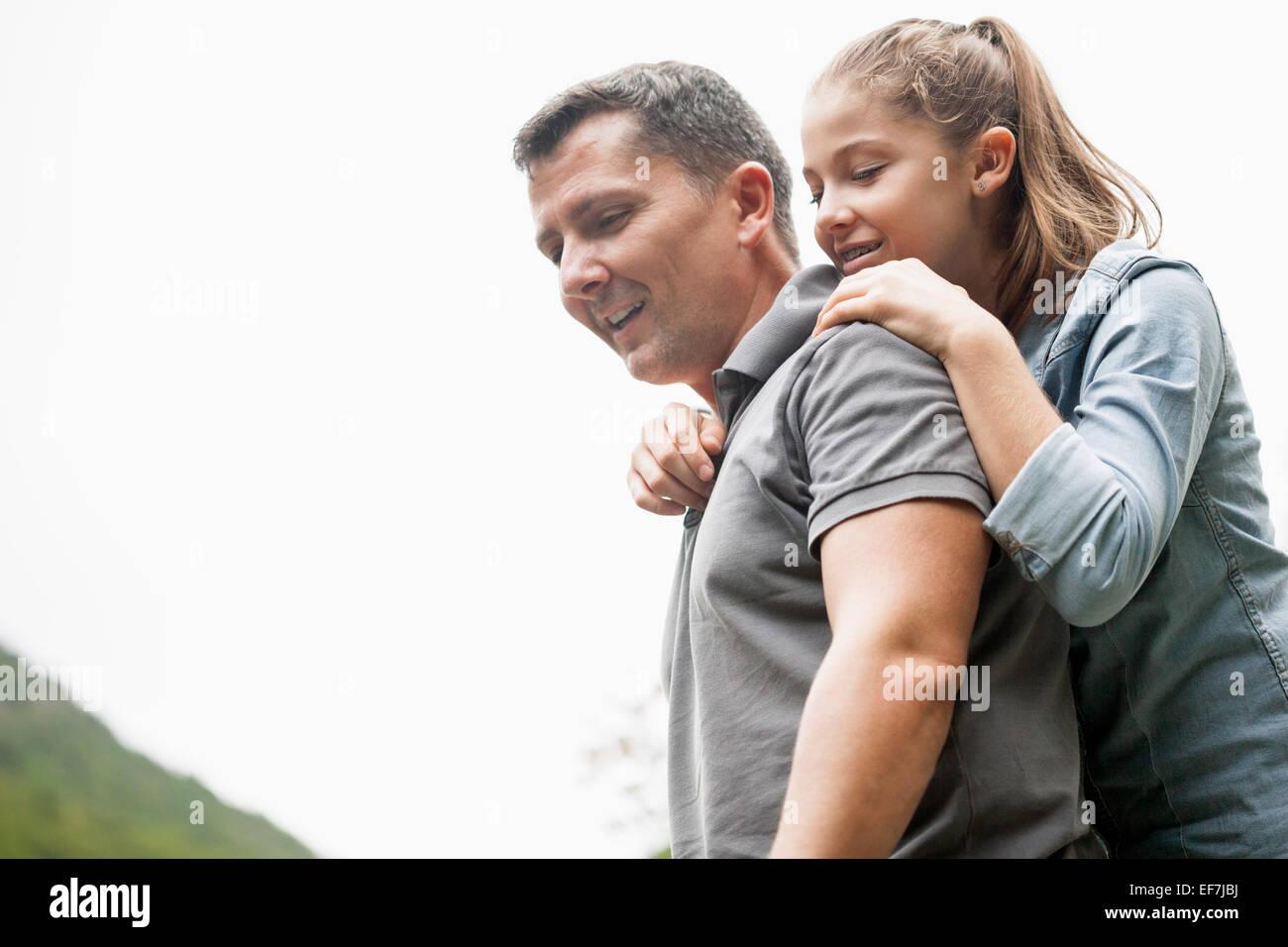 Padre e figlia di godere in un parco Immagini Stock