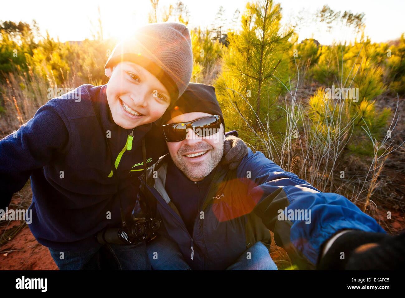 Padre e figlio prendendo un selfie Immagini Stock