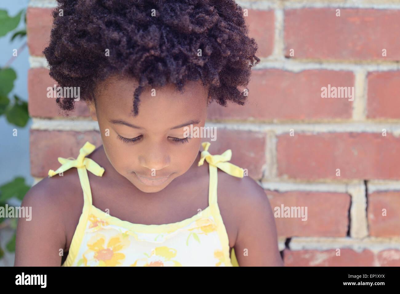 Ritratto di un africano ragazza americana guardando verso il basso Immagini Stock