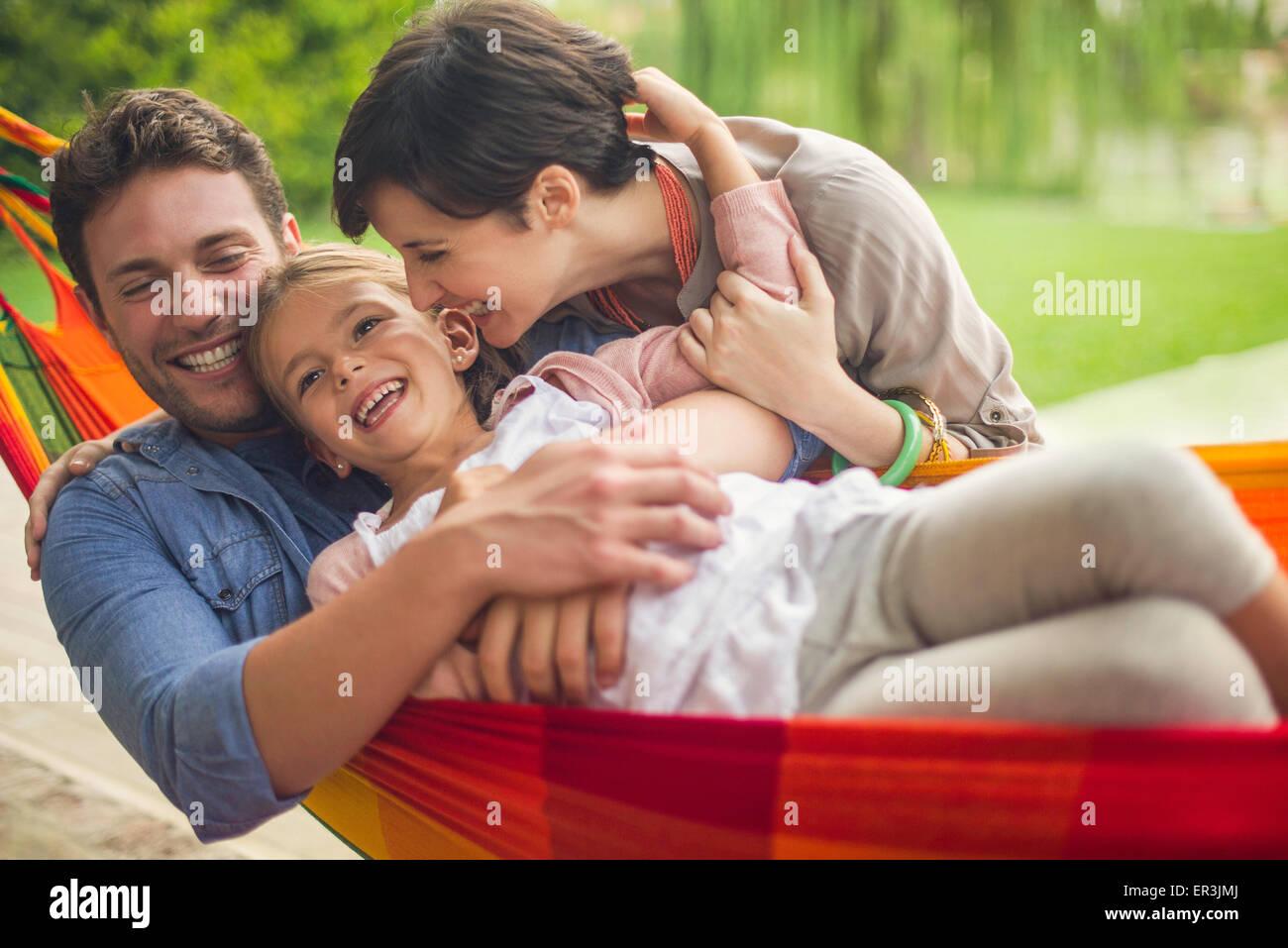 Famiglia divertendosi insieme a casa il fine settimana Immagini Stock