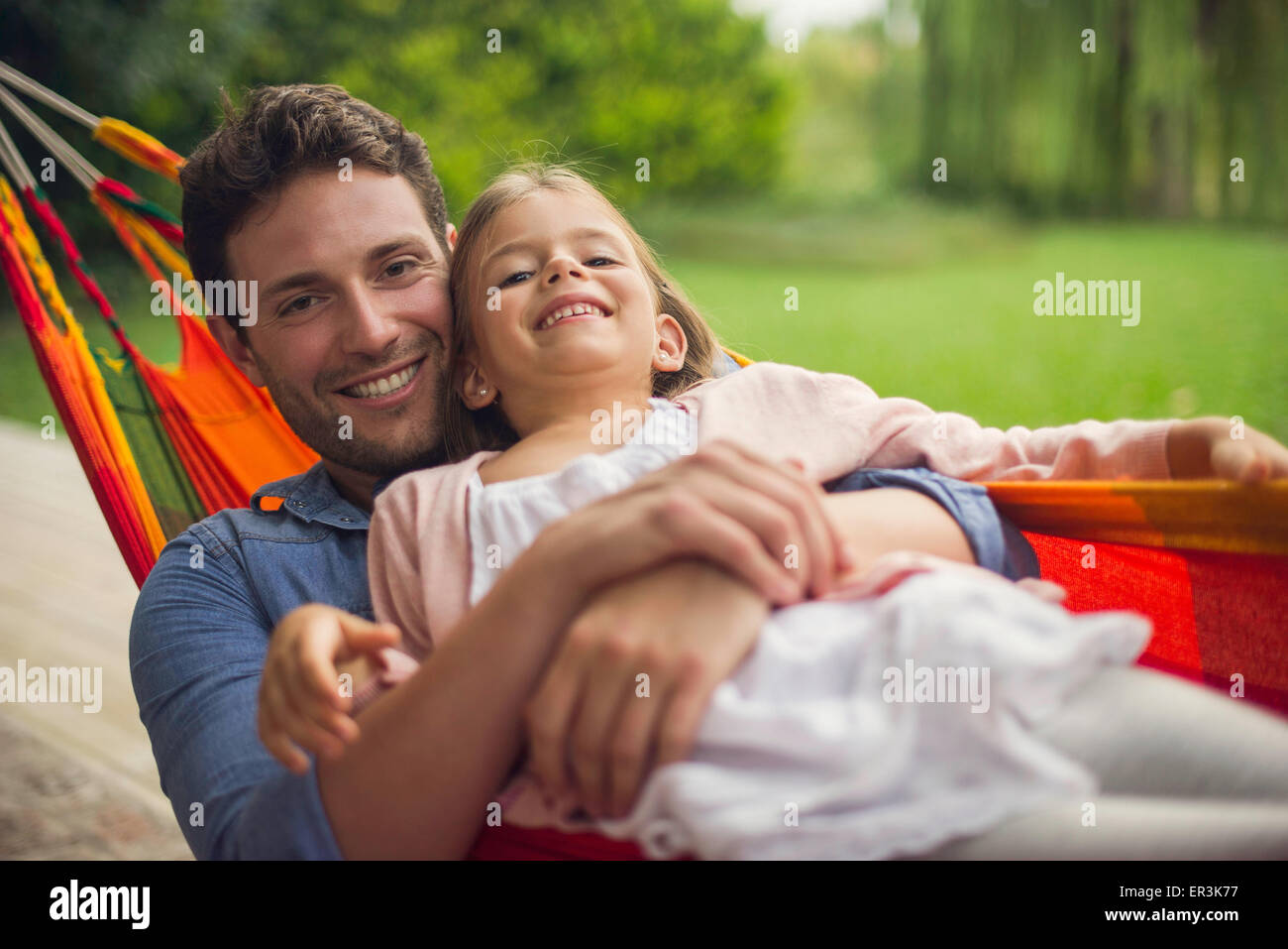 Padre e figlia insieme in amaca Immagini Stock