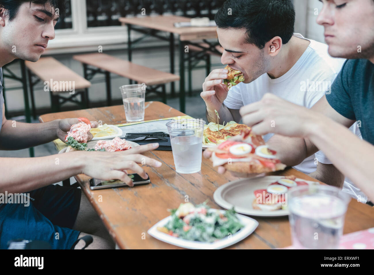 Gli amici di pasto in pubblico di posti a sedere esterni di New York il quartiere finanziario Foto Stock