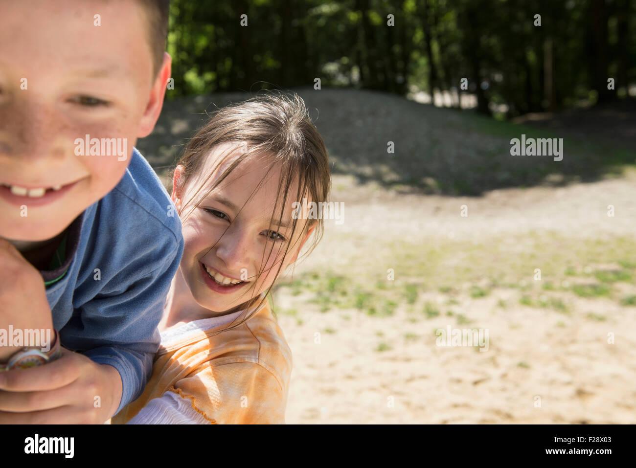 Un ragazzo e una ragazza a giocare nel parco giochi, Monaco di Baviera, Germania Immagini Stock