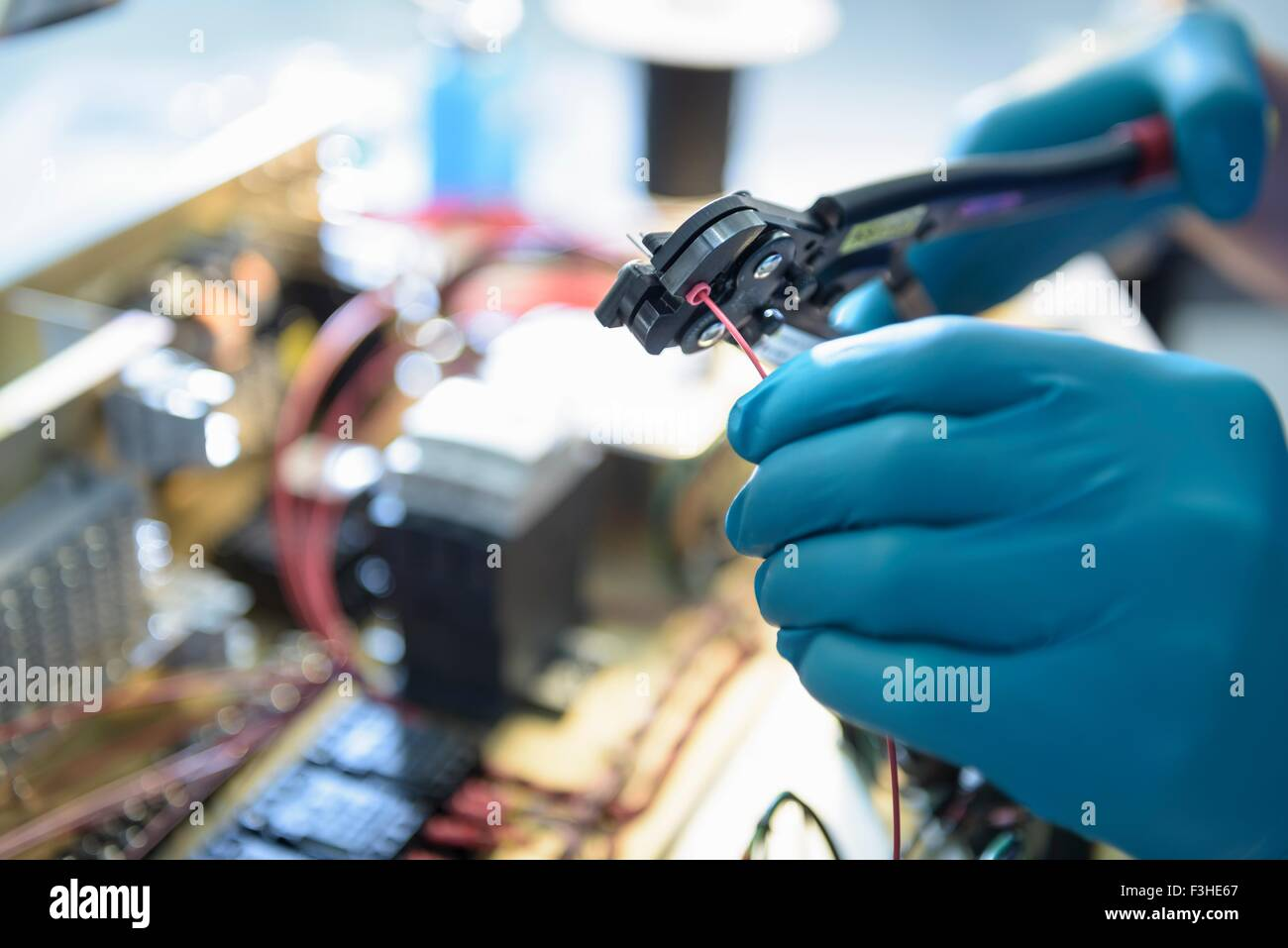 Lavoratore elettronica di assemblaggio in fabbrica di componenti elettronici, concentrarsi sulle mani Immagini Stock
