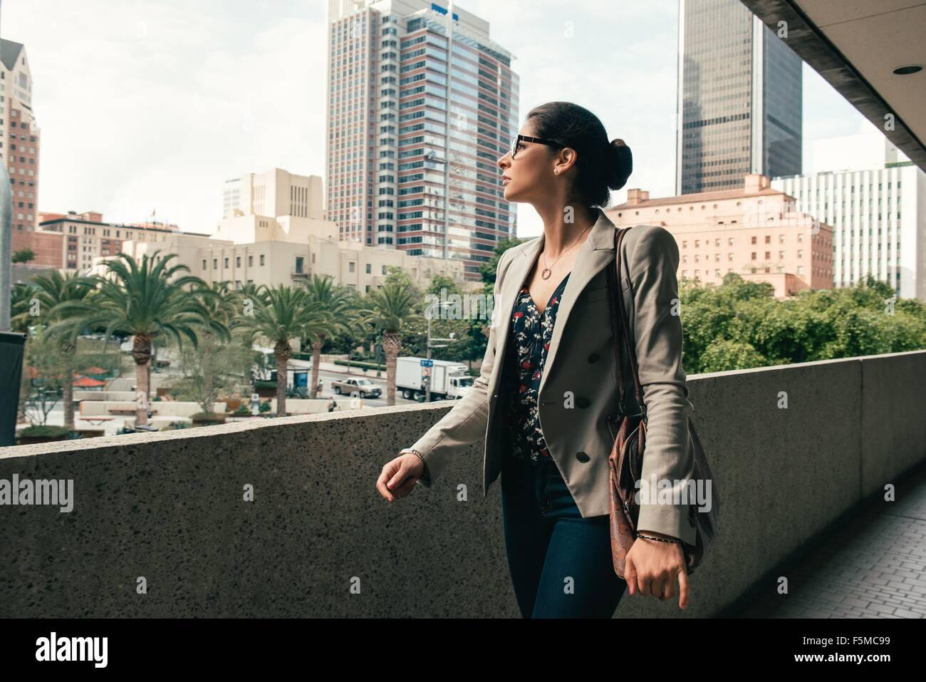 Imprenditrice guardando fuori dal marciapiede, Los Angeles, Stati Uniti d'America Immagini Stock