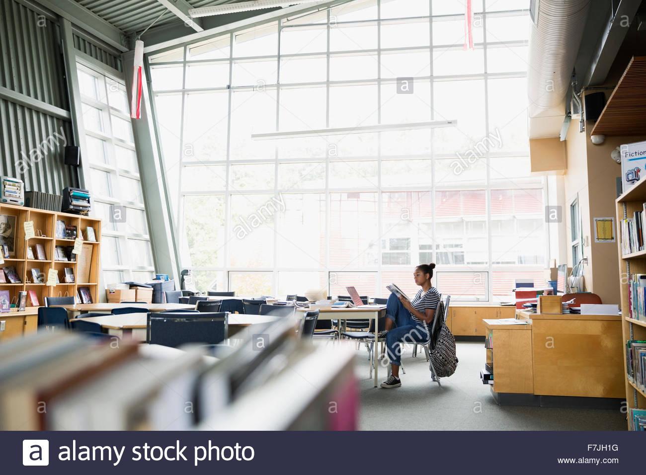 Alta scuola studente studiare in biblioteca Immagini Stock