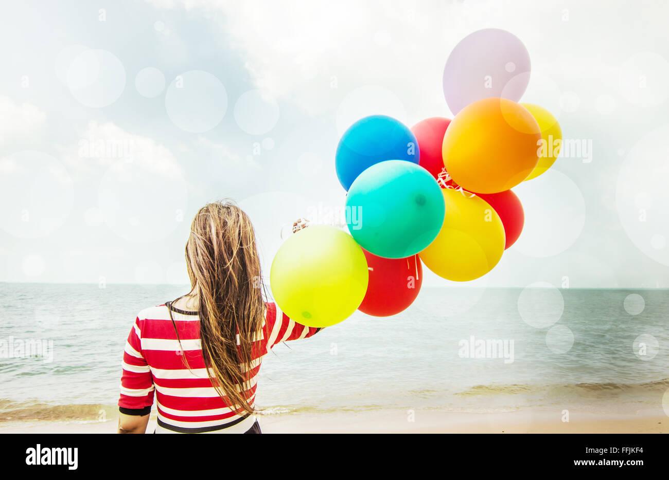 Donna con palloncini colorati sulla spiaggia,all'aperto di stile di vita immagine filtri Foto Stock