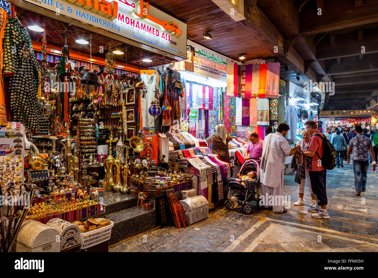 I turisti lo Shopping nel souk Muttrah (Al) Dhalam, Muttrah, Moscato, il sultanato di Oman Foto Stock