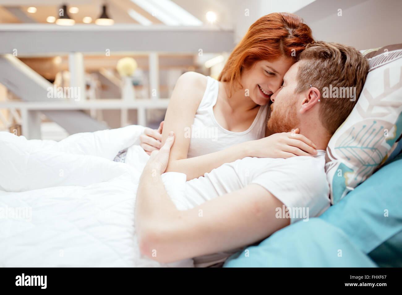 Bella giovane in amore sveglio nel letto e sorridente Immagini Stock