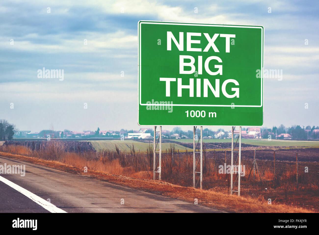Next big thing avanti concettuale immagine motivazionale con il cartello stradale con l'autostrada, dai toni Immagini Stock