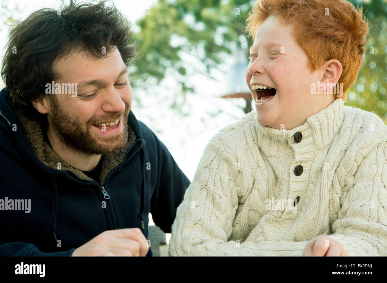 Padre e figlio ridere insieme all'aperto Immagini Stock
