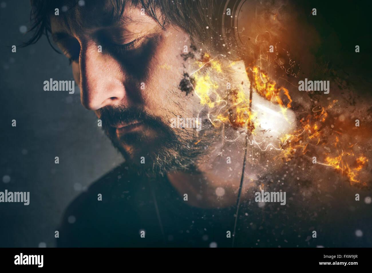 DJ sul fuoco, Uomo con cuffie di masterizzazione godendo canzone preferita o la musica, il fuoco selettivo Immagini Stock
