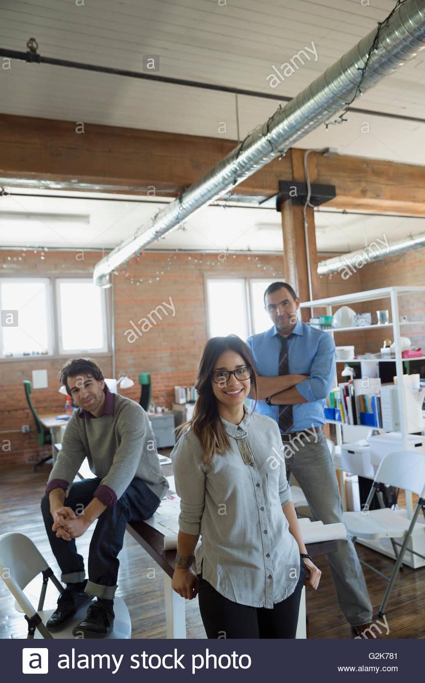 Ritratto fiducioso azienda creativa di persone in ufficio Immagini Stock
