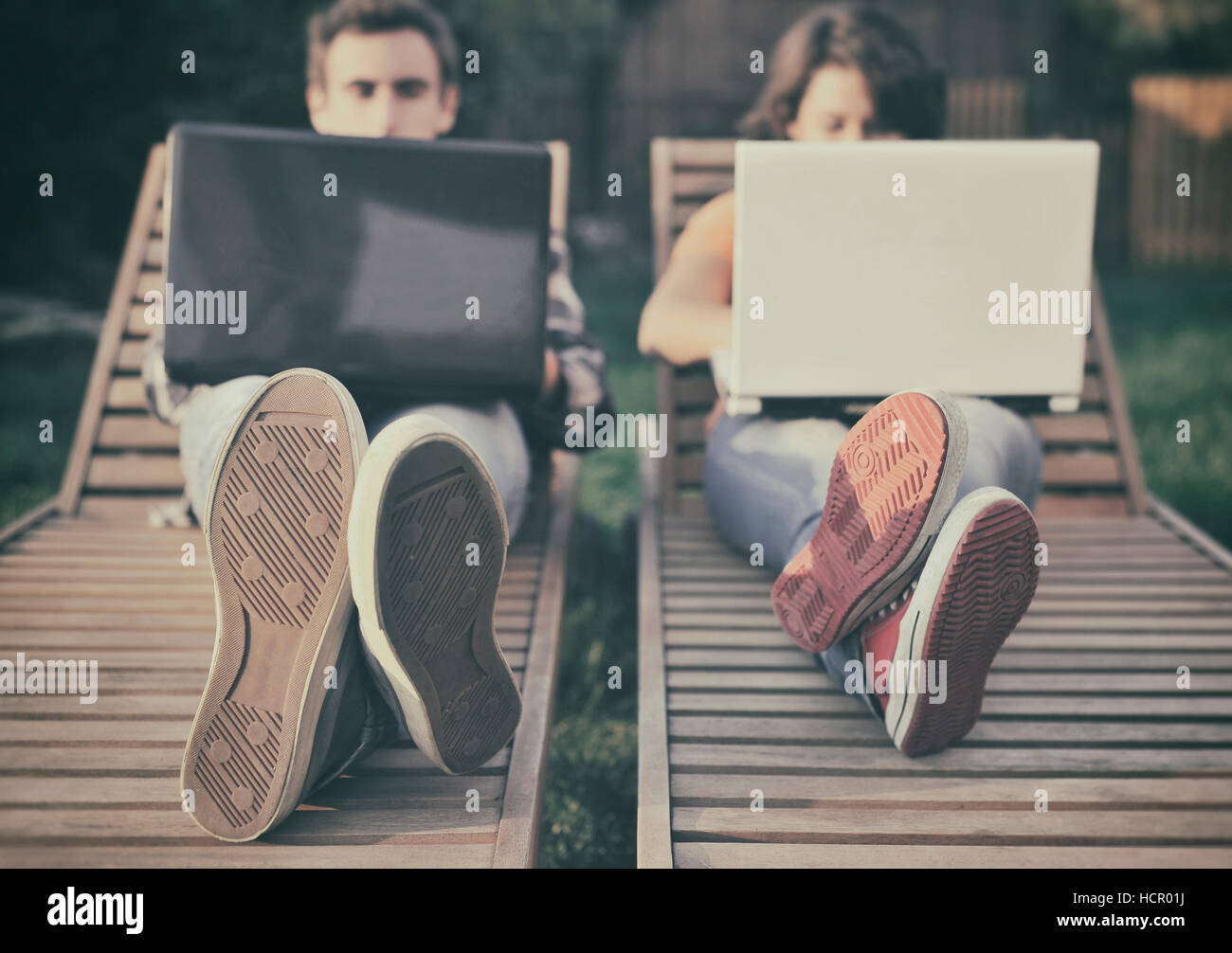 Giovane lavorando sul computer portatile Immagini Stock