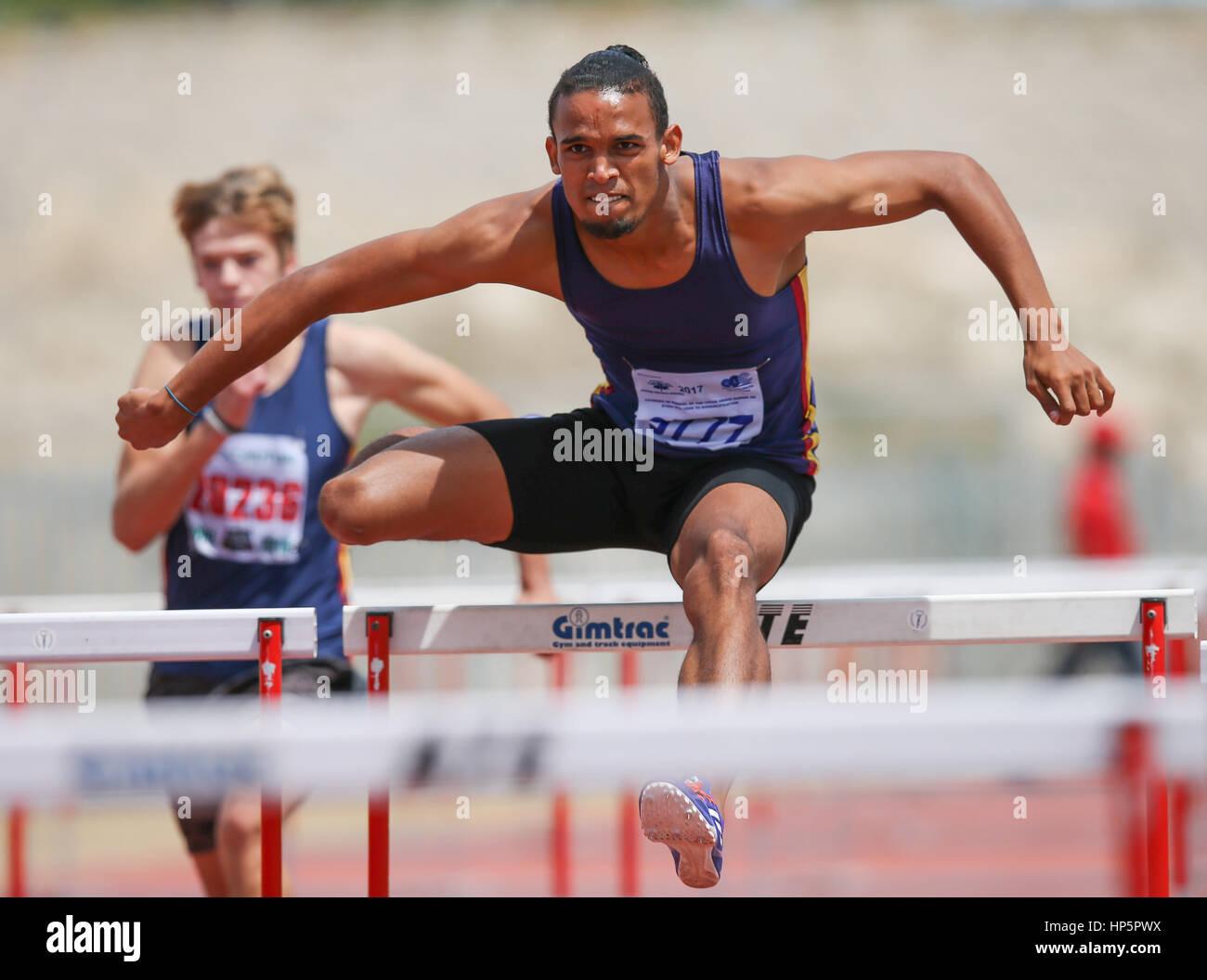 Cape Town, Sud Africa. 18 Febbraio, 2017. Darren enigmi di Bellville club atletica vince la mens 110m ostacoli in Immagini Stock