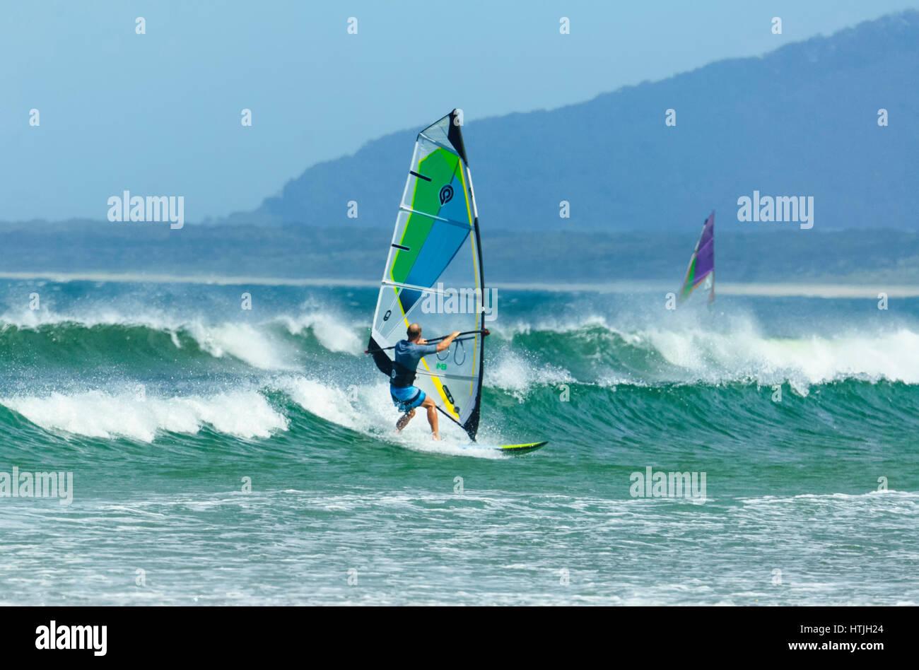 Windsurf surf in condizioni di mare grosso con grandi onde a Seven Mile Beach, Gerroa, Illawarra Costa, Nuovo Galles Immagini Stock