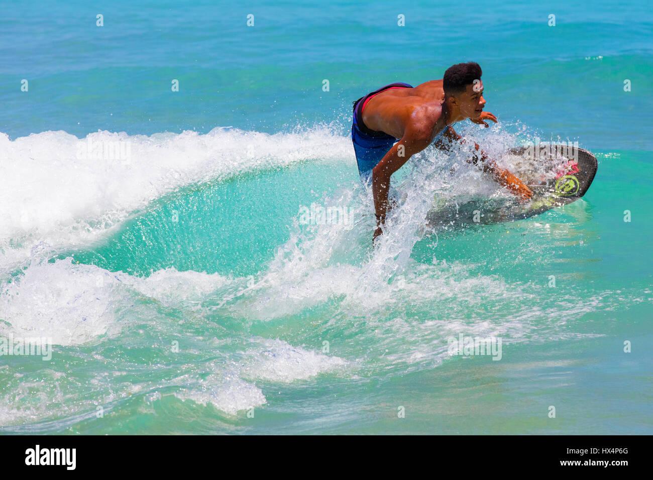Giovani surfer vicino Lopes Mendes beach. Ilha Grande, RJ, Brasile. Immagini Stock