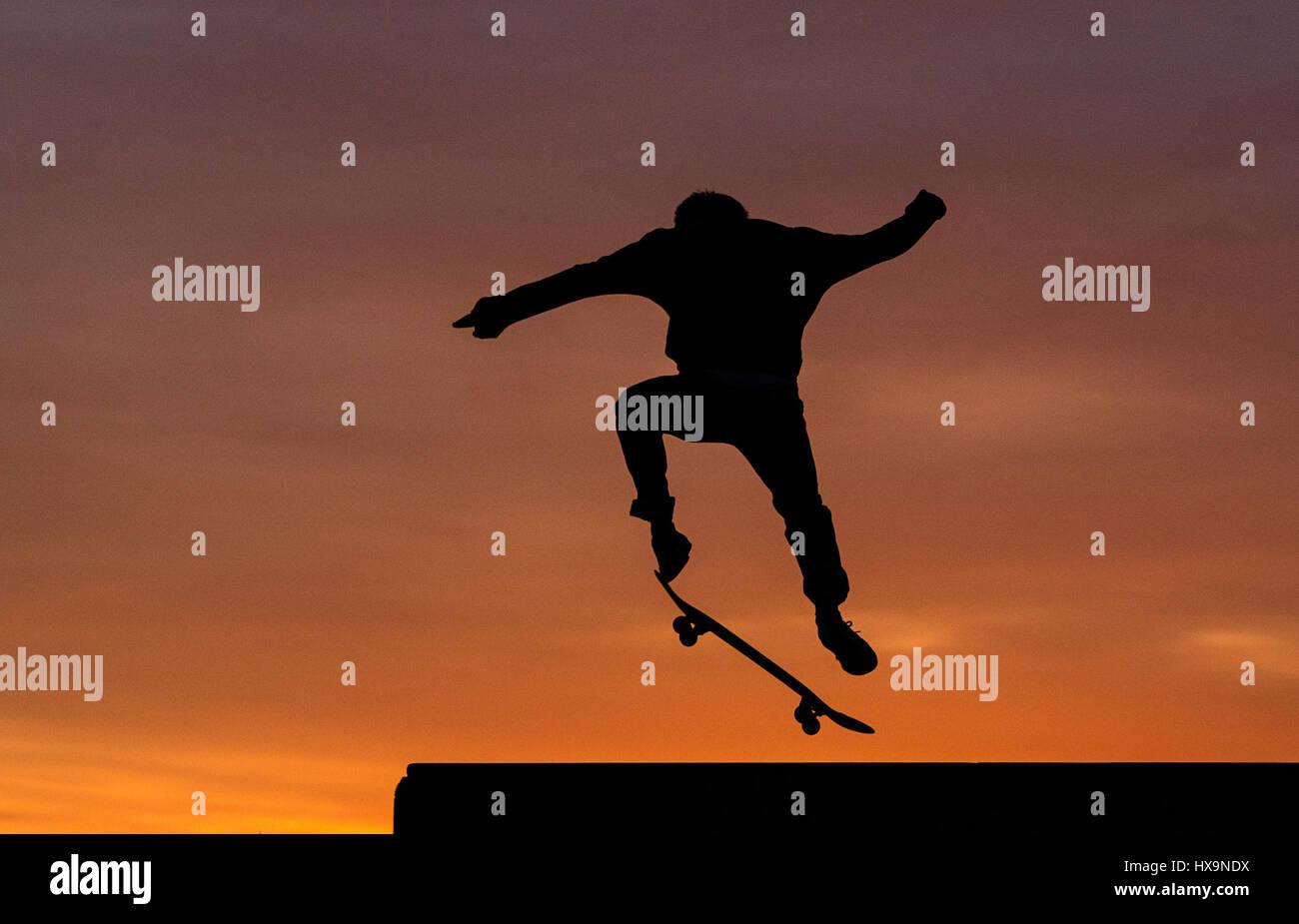 Berlino, Germania. 25 Mar, 2017. Un pattinatore in azione al tramonto a Tempelhofer Feld (lit. Campo di Tempelhof Immagini Stock