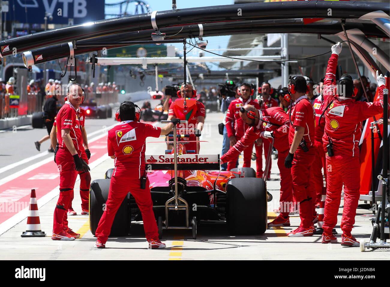 Sochi, Russia. 28 apr, 2017. Scuderia Ferrari F1 team meccanica visto durante una sessione di prove libere in vista Immagini Stock