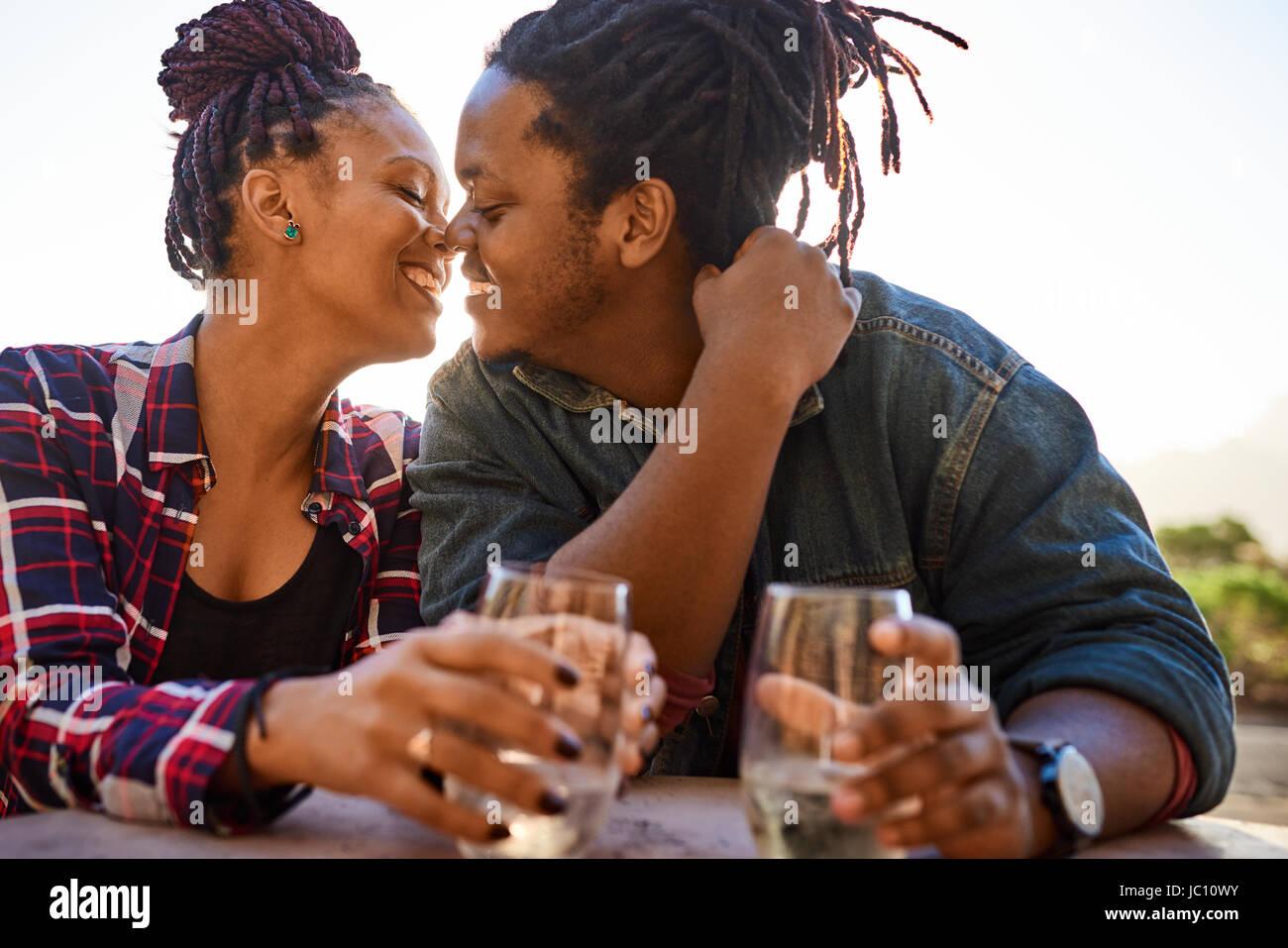 Coppia reale della discesa africana circa a baciare mentre abbracciando Immagini Stock
