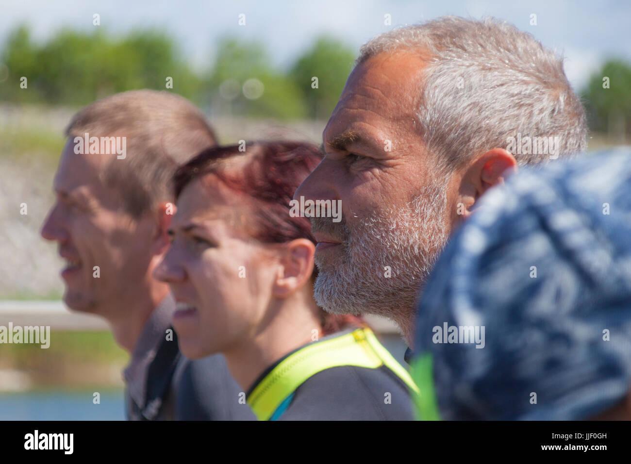 Tre persone che guardano in distanza Immagini Stock