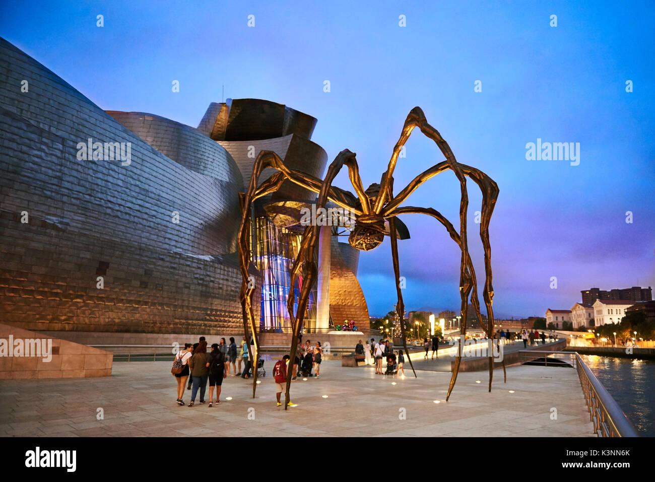 Museo Guggenheim a sera, Bilbao, Biscaglia, Paesi Baschi, Spagna, Europa Immagini Stock