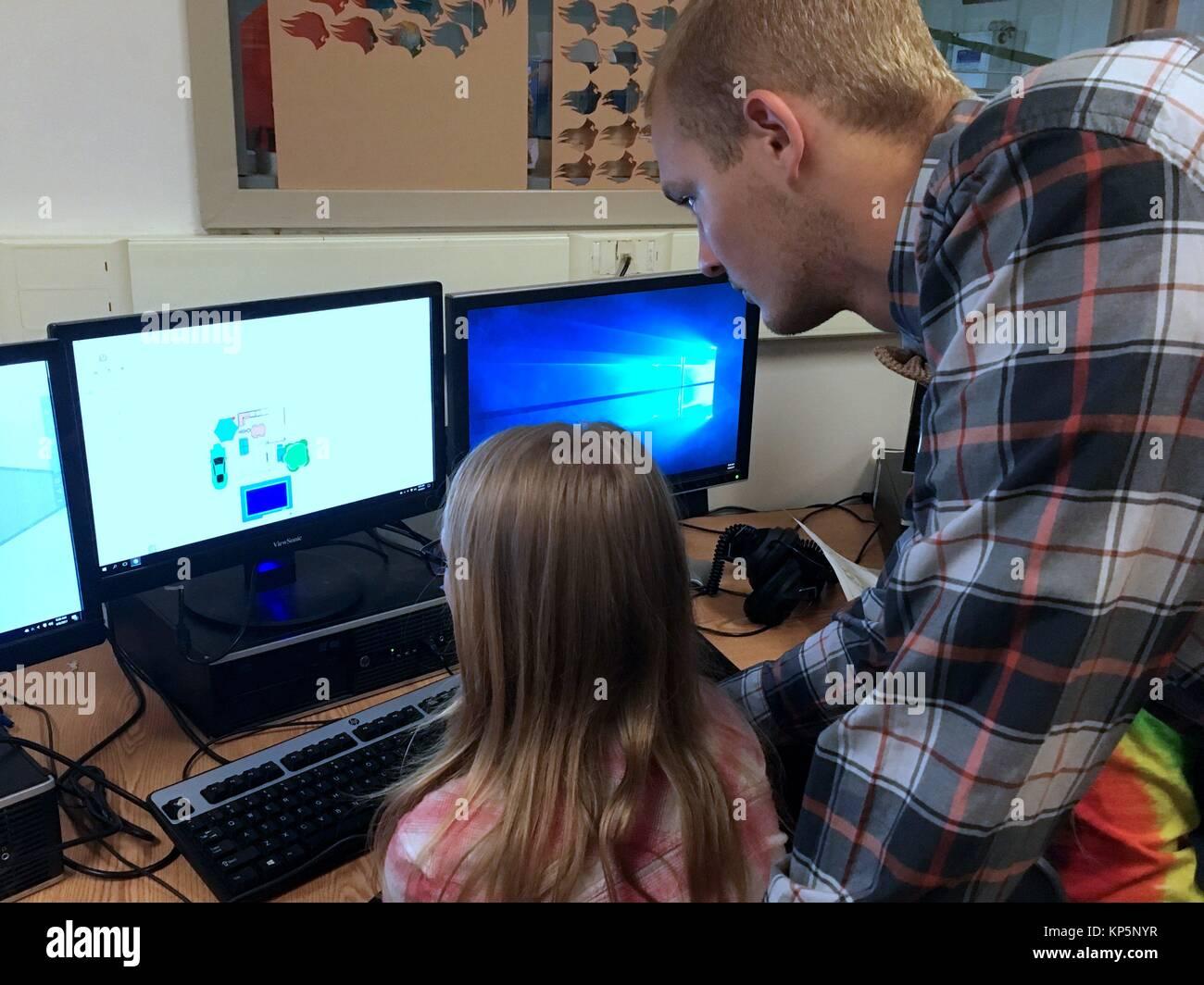 Insegnante che mostra sesto grado ragazza come utilizzare for Programma progettazione
