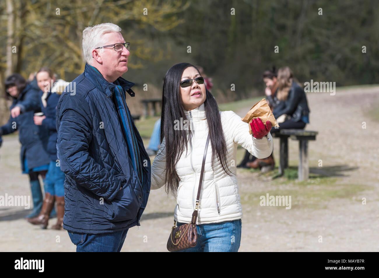 Persone di mezza età razza mista coppia insieme in Inghilterra, Regno Unito. Etnia miste giovane. Immagini Stock