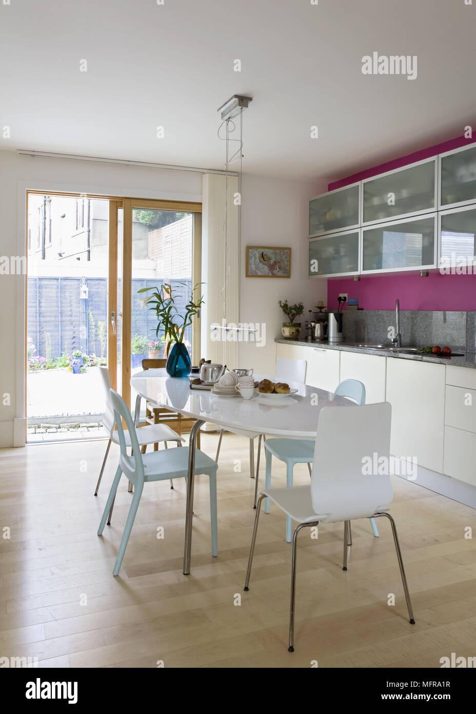 Oval tavolo da pranzo e sedie nel centro della cucina for Tavolo cucina e sedie
