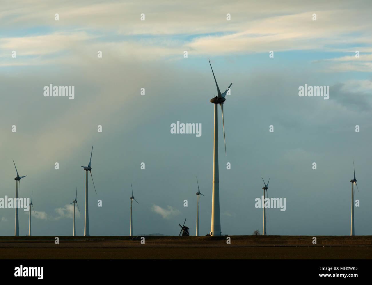 Le moderne turbine eoliche intorno a lone tradizionale mulino, Delfzijl, Groningen, Paesi Bassi Immagini Stock