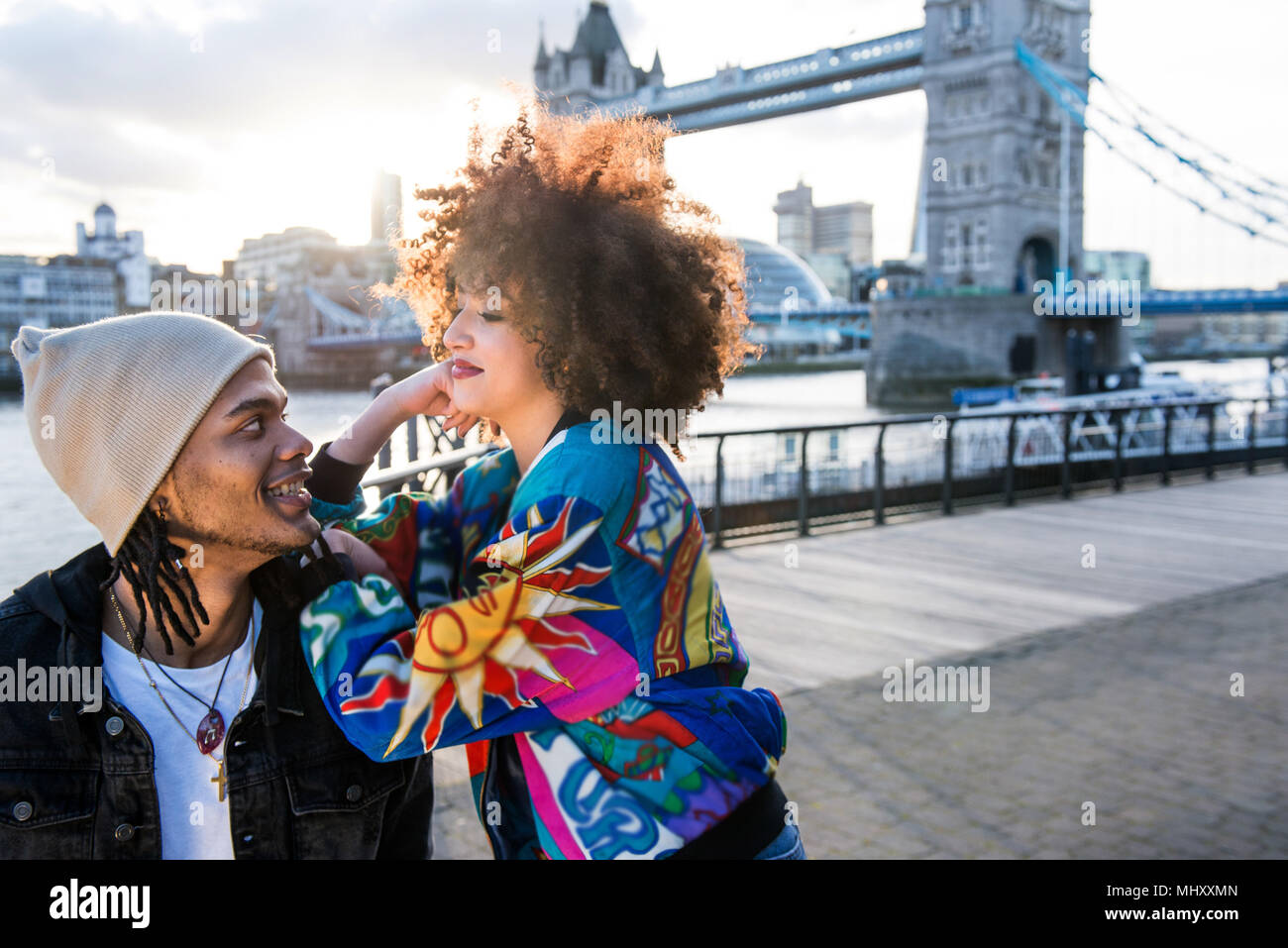 Ritratto di giovane coppia all'aperto, faccia a faccia, Tower Bridge in background, London, England, Regno Unito Immagini Stock