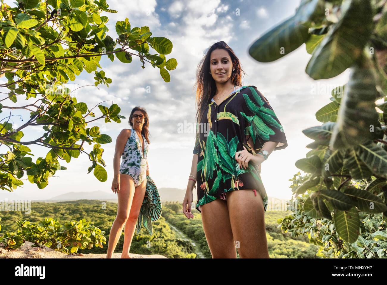 Ritratto di Madre e figlia in costume da bagno guardando la telecamera sorridendo, Caucaia, Ceara, Brasile Immagini Stock