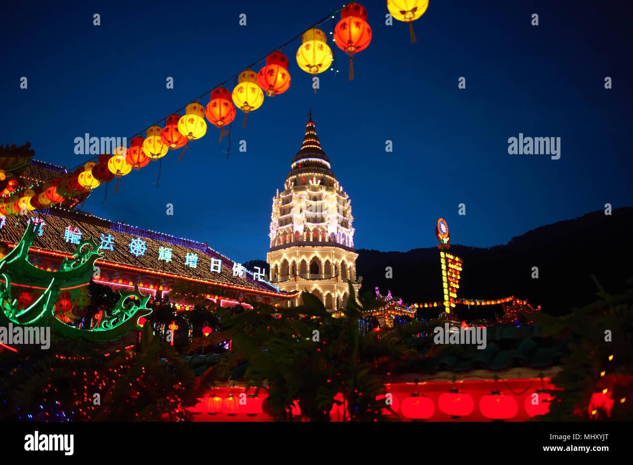 Fila di lanterne di carta e Tempio di Kek Lok Si accese di notte, Penang Pulau Pinang, Malaysia Immagini Stock
