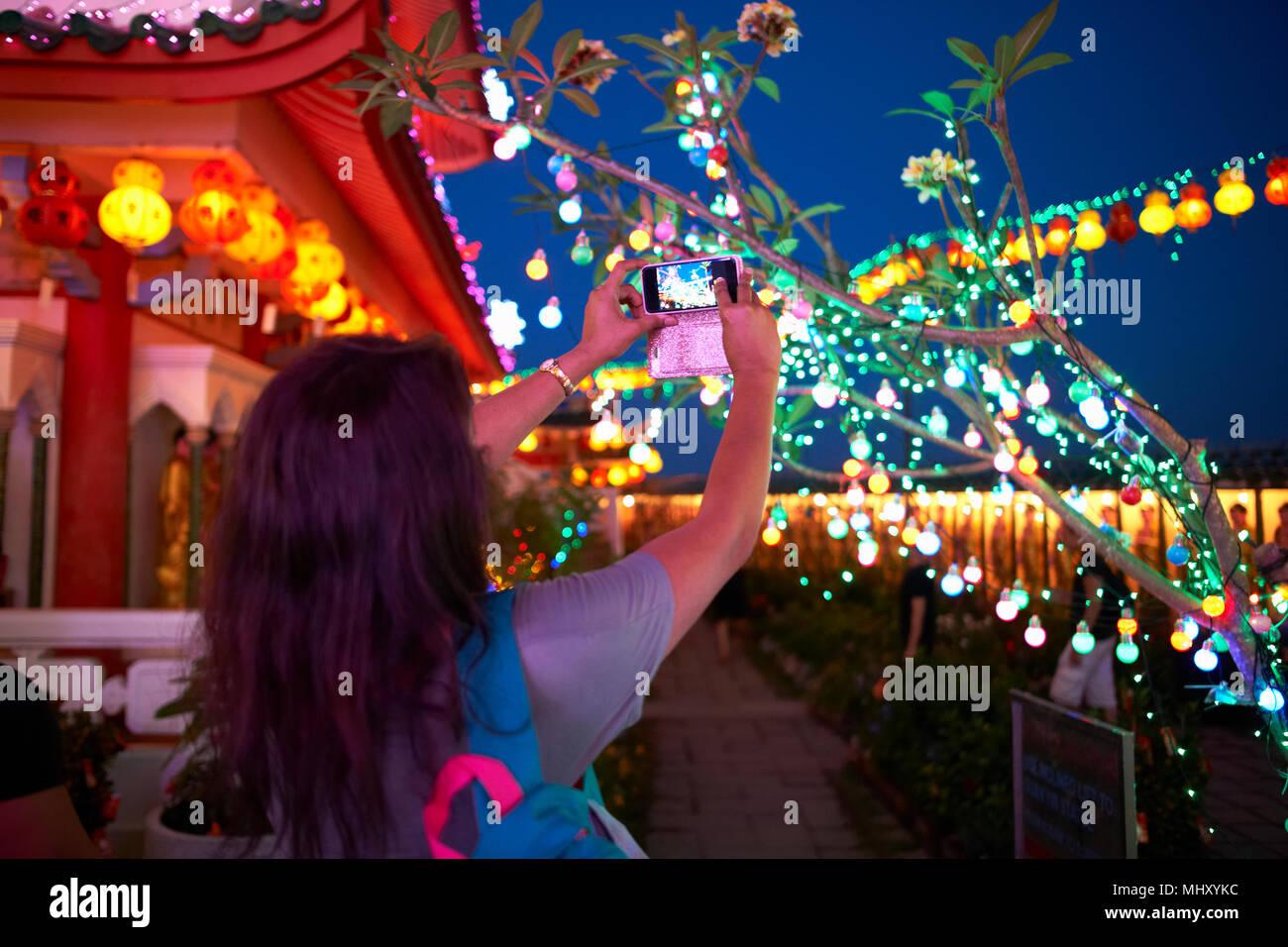 Turistica prendendo fotografia di decorazioni di luce, Tempio di Kek Lok Si, Isola di Penang, Malaysia Immagini Stock