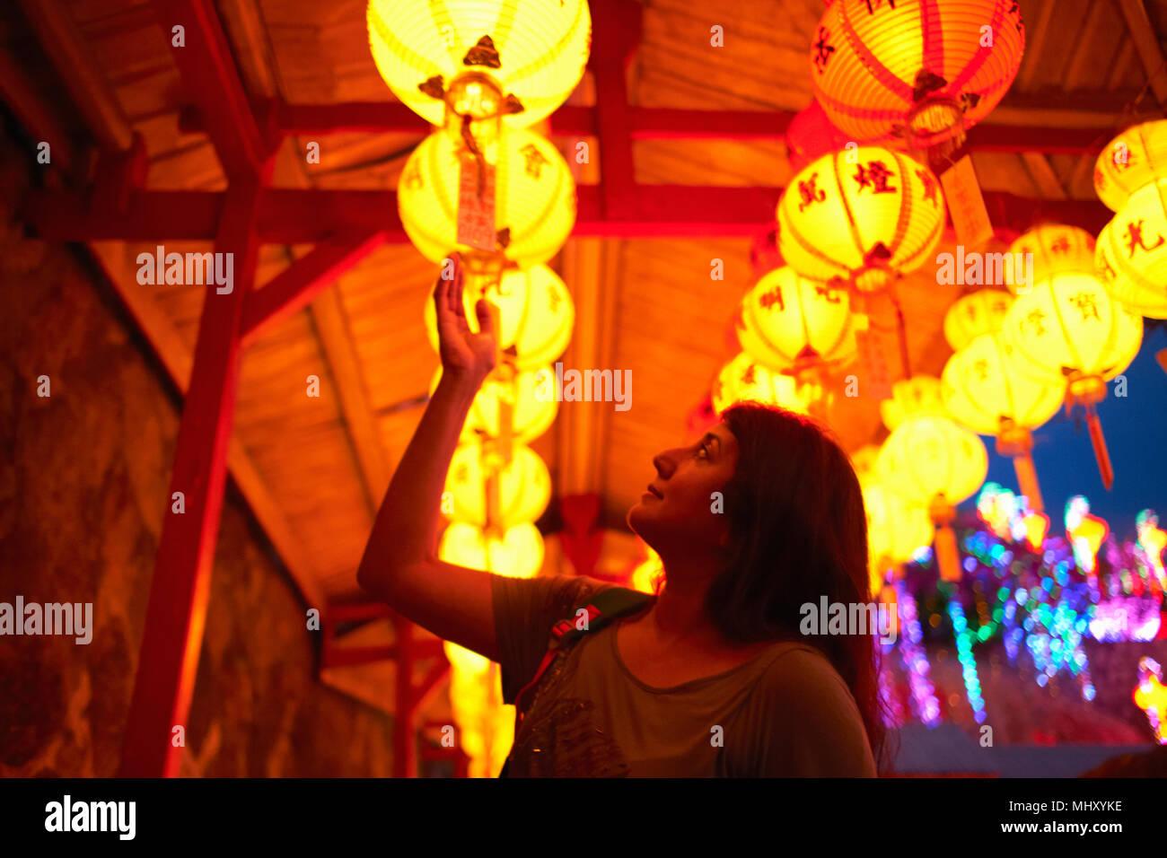 Lettura turistica benedizioni sulla lanterna cinese, Tempio di Kek Lok Si, Isola di Penang, Malaysia Immagini Stock