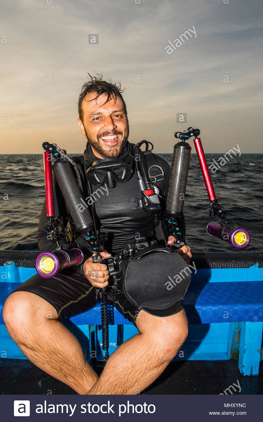 Uomo sulla barca con fotocamera subacquea, il Parco Naturale di Tubbataha Reef, Mare di Sulu, Filippine Immagini Stock