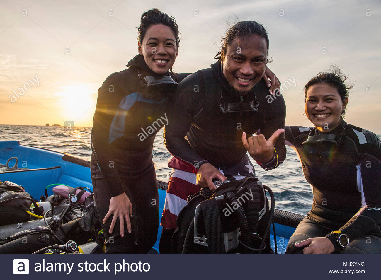 Divemaster e turisti sulla barca, il Parco Naturale di Tubbataha Reef, Mare di Sulu, Filippine Immagini Stock