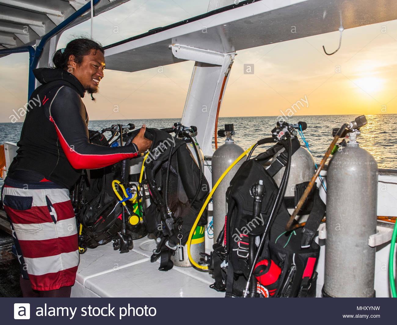 Uomo di controllo marcia di immersione a bordo di una barca subacquea, il Parco Naturale di Tubbataha Reef, Mare di Sulu, Filippine Immagini Stock