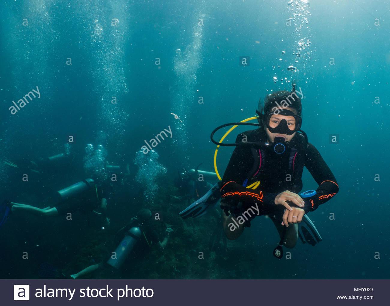 Vista subacquea del piccolo gruppo di sommozzatori in attesa all'obbligo di 5 metro di arresto di sicurezza, Phuket, Tailandia Immagini Stock