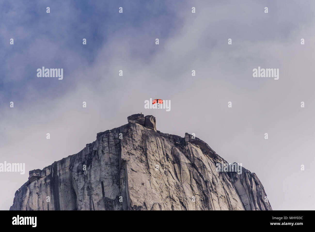 Persona parapendio dal monte nel fiordo di Tasermiut, Narsaq, Vestgronland, Groenlandia Immagini Stock