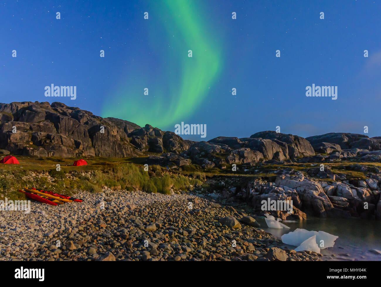 Paesaggio con tende dai fjord e aurora boreale di notte, Narsaq, Vestgronland, Groenlandia meridionale Immagini Stock