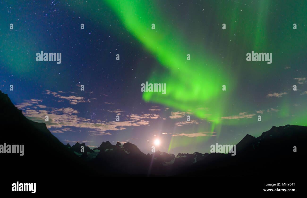 Paesaggio di montagna e aurora boreale di notte, Narsaq, Vestgronland, Groenlandia meridionale Immagini Stock
