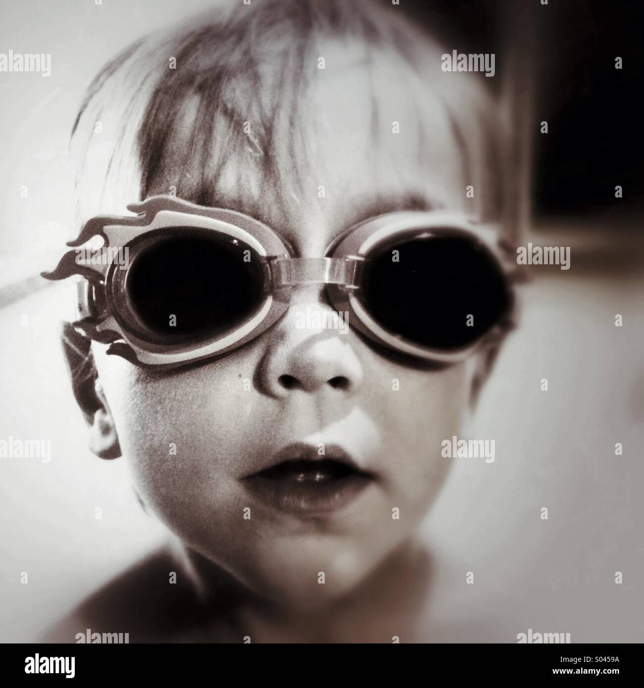 Ragazzo che indossa gli occhiali per nuoto Immagini Stock