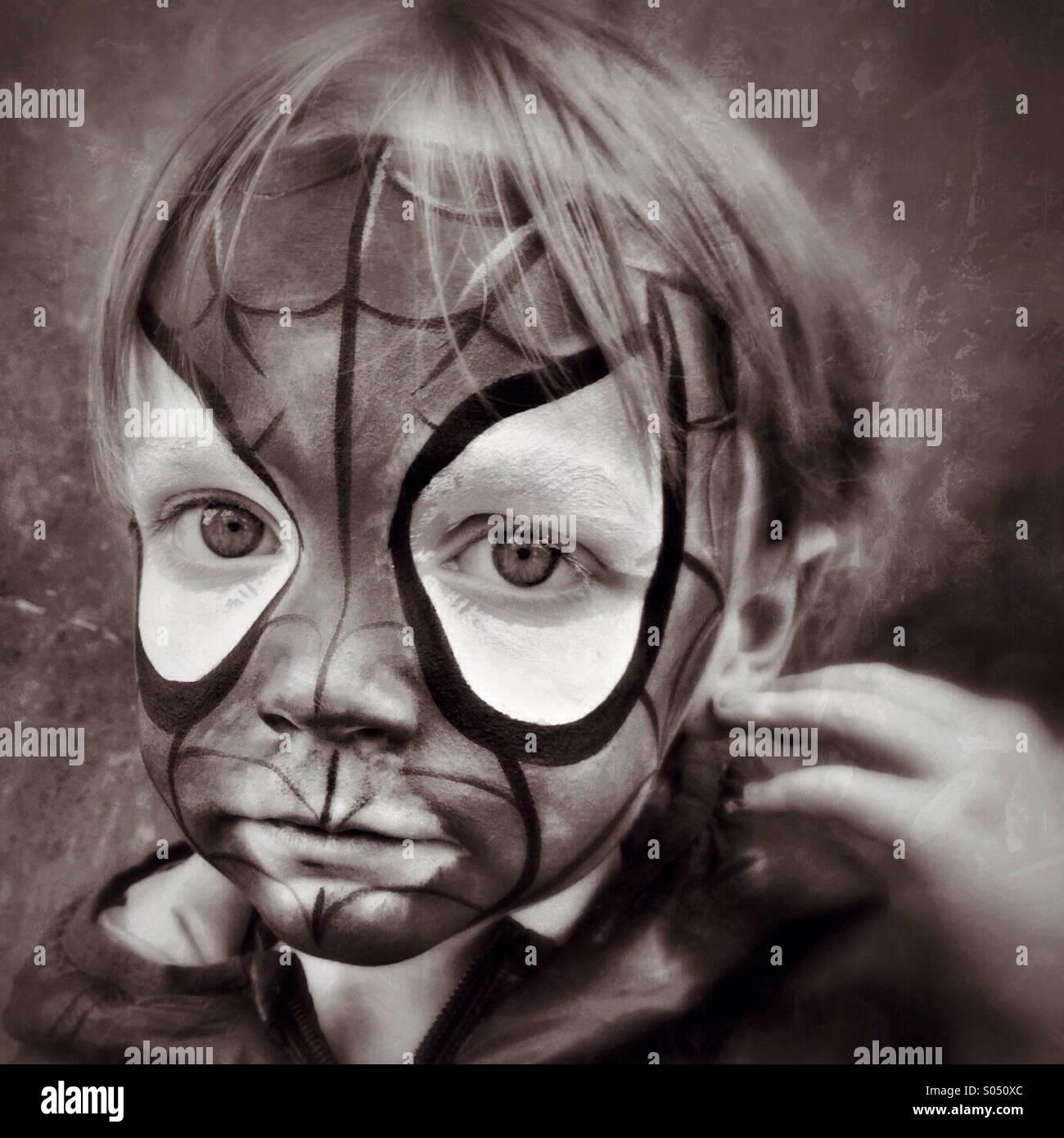 Triste Spidey. Ragazzo infelice in Spider-Man viso trucco Immagini Stock