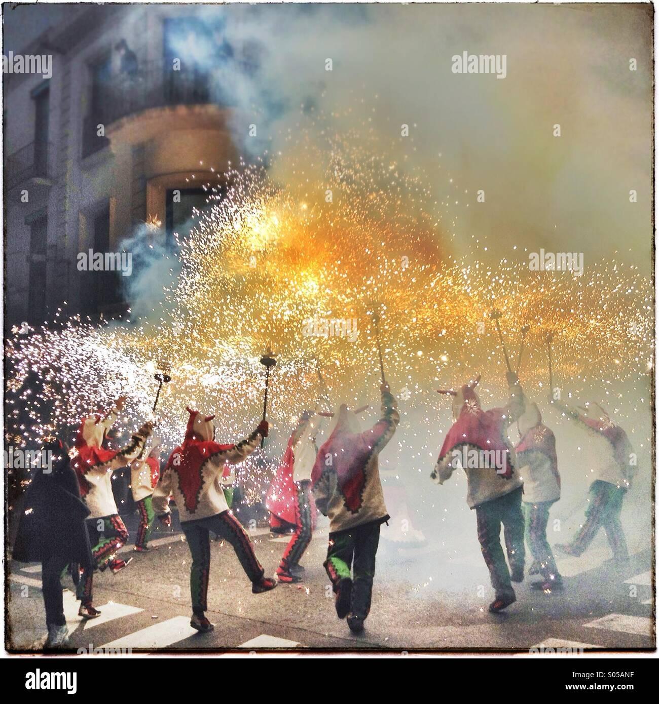 Correfoc, fuochi d'artificio, Les Santes, Mataró festa della città, Luglio, Barcelona, Spagna. Giochi Immagini Stock