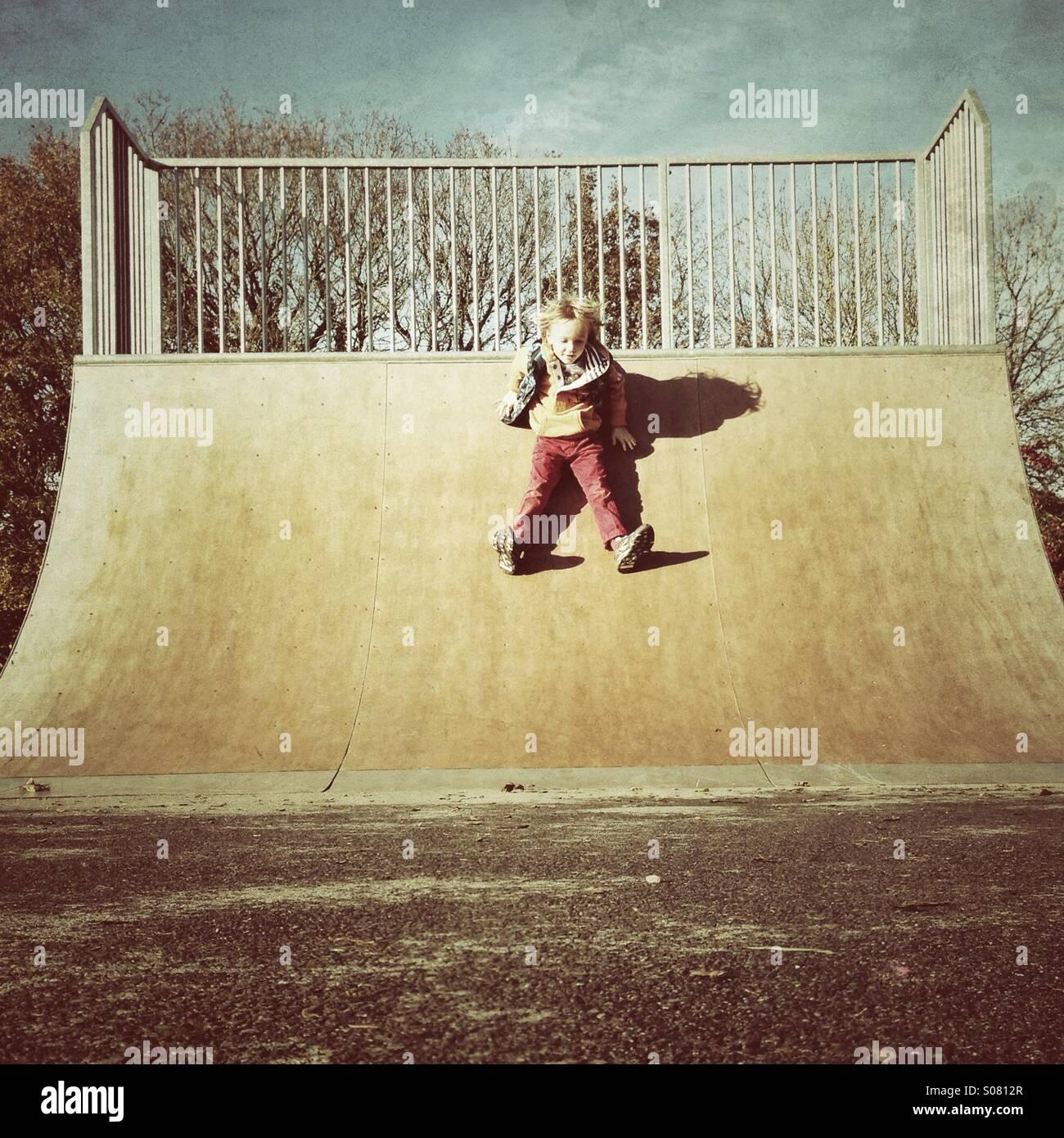 Scorrere verso il basso una rampa di skate Immagini Stock