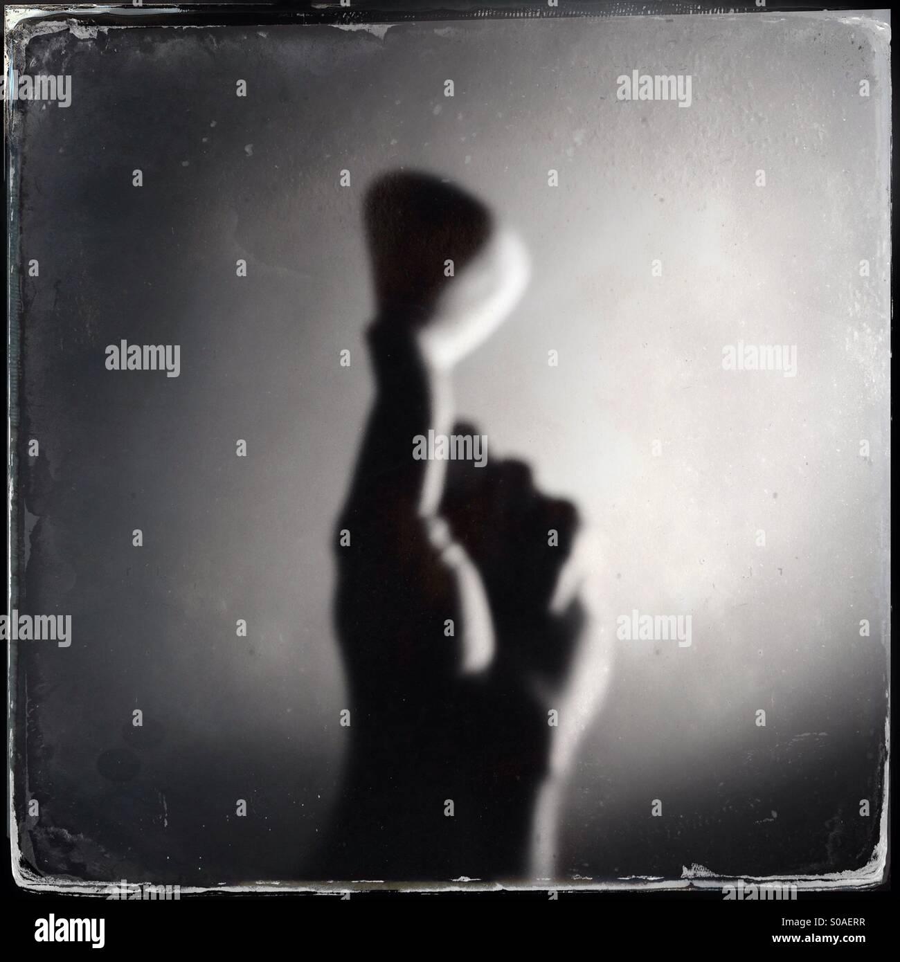 Se mettere a fuoco l'immagine di una mano che regge un cuore di ghiaia sagomato Immagini Stock