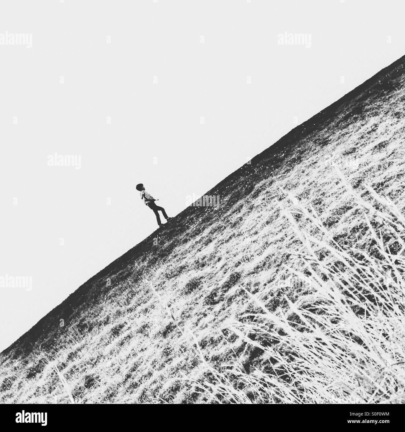 Ragazzo a piedi su per la collina Immagini Stock