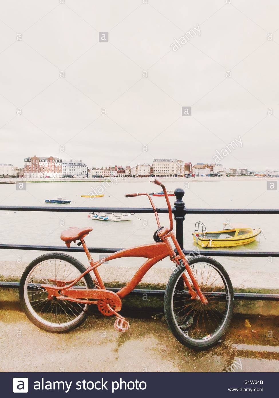 Red Bike Margate Kent REGNO UNITO Immagini Stock