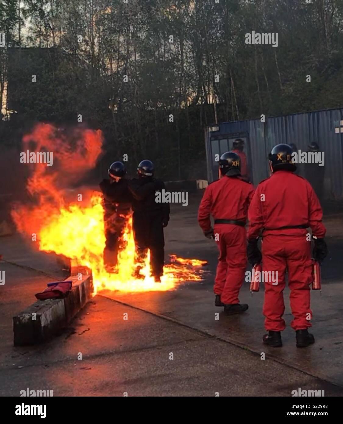 Gli ufficiali di polizia di benzina la formazione di bomba Immagini Stock